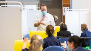 Hälsovårdsminister Matt Hancock besöker en vaccinationscentral i brittiska Surrey.