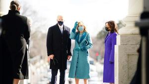 Joe Biden med fru Jill, till höger Kamala Harris.