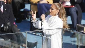 Jennifer Lopez sjunger under Joe Bidens installationsceremoni.