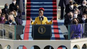 Amanda Gorman lausuu runoa Bidenin virkaanastujaisissa.