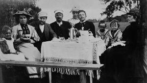 Kahvihetki Lauttasaaren kartanon pihalla 1896.