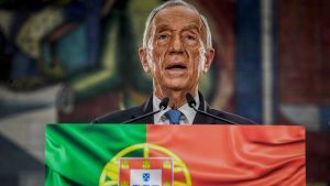 portugals president Marcelo Rebelo de Sousa talar i en liten mikrofon. Under honom syns Portugals flagga.