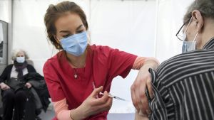 En man blir vaccinerad mot coronaviruset.