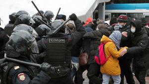 Polis tar till våld mot demonstranter i Ryssland i samband med demonstration för Aleksej Navalnyj.