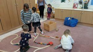 Barn leker i dagklubb