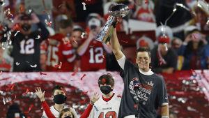 Tom Brady håller upp pokal efter vinst i NFL 7.2.2021.