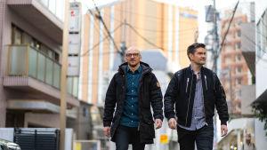 Lauri Reuter ja Henri Alén kulkevat kadulla Japanissa.