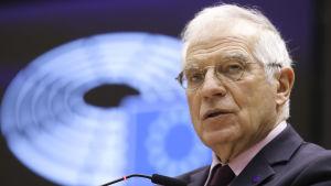 Närbild på Josep Borrell i EU-parlamentet. Han är en äldre man med vitt hår.