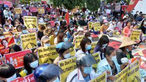 Också i huvudstaden Naypyidaw, som militären grundade 2005, har demonstrationerna varit oväntat stora. De här demonstranterna samlades där på söndagen.