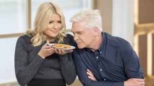 Nainen ja mies haistelevat lautasella olevaa ruokaa.