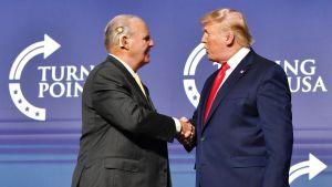 Rush Limbaugh skakar hand med Donald Trump. Bilden är från år 2018.