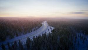 Dronekuva tiestä ja metsästä sekä horisontista Lapissa
