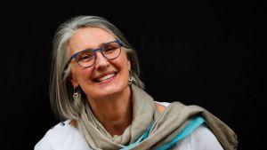 Den kanadensiska deckarförfattaren Louise Pennys böcker har också översatts till svenska. Bland annat böcker ur serien om kommissarien Gamache.