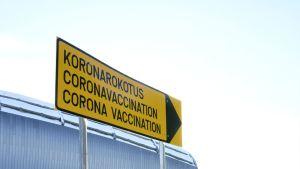 """Skylt med texten """"coronavaccination""""."""