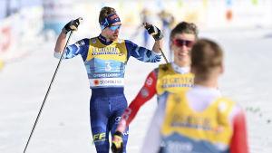 Joni Mäki firar VM-silver.