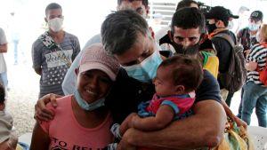 En arkivbild på den venezuelanske oppositionsledaren Leopoldo Lopez när han besökte venezolanska flyktingar i den colombianska gränsstaden Cucuta i december. Cirka fem miljoner venezolaner har flytt landet. De flesta finns i grannländerna.