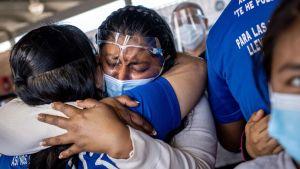 Här en lättad honduransk asylsökande som togs emot i Texas i februari, men det senaste beslutet gäller uttryckligen venezolaner.
