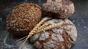 leipää pöydällä
