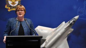 Australiens försvarsminister Linda Reynolds var tvungen att be om ursäkt efter att hon avfärdade avslöjanden om en våldtagen medarbetare som lögner.