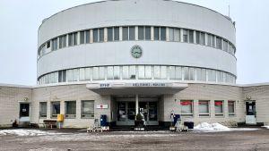 Helsingfors-Malm flygplats terminalbyggnad, fotograferad på vårvintern. På trappan står gravljus.