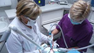 Tandläkare Jaana Sippus och tandskötare Anu Leinola använder laserborr.