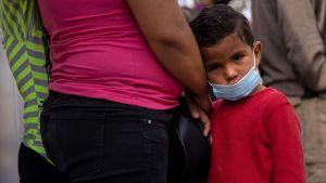 Migranter från Honduras väntar i Matamoros, Mexiko, vid gränsen till USA.
