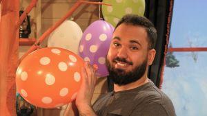 Emil Jokipalo blåser upp ballonger i BUU-klubben.