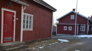 Röda gamla skolhus.