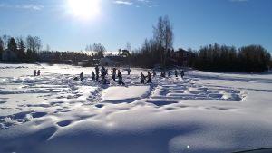 En snölabyrint med barn som leker.