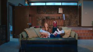 Näyttelijät Elizabeth Olsen ja Paul Bettany esittävät pääosia tv-sarjassa WandaVision.