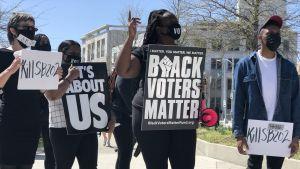 Demonstranter protesterar mot republikanskt förslag till ny vallag i Georgia, Atlanta.