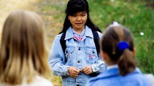 vietnamilainen tyttö tulee tyttöporukan luo