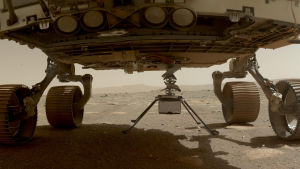 Minihelikopterna Ingenuity hänger under rovern Perseverance på planeten Mars den 30 mars. Minihelikoptern placerades på planeten några dagar senare.