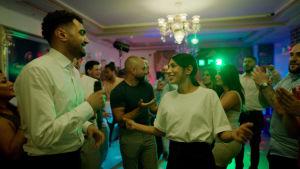 """Skådespelarna Alexander Abdallah och Evin Ahmad i en scen i """"Snabba cash""""."""