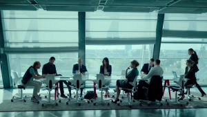 På bilden syns en grupp välklädda människor sitta i ett modernt och ljust konferensrum.