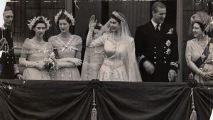 Prins Philip och prinsessan Elizabeth vid Buckingham palace efter bröllopsceremonin.