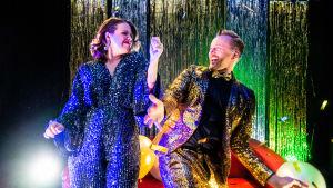 Euroviisuselostajat ja Viisukuplan juontajat Eva Frantz ja Mikko Silvennoinen bailaavat.