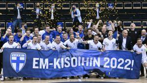 Finlands spelare jublar med en banderoll.