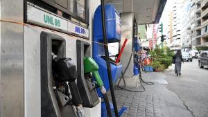 Många bensinstationer i Libanon som denna i huvudstaden Beirut, har tvingats att på grund av bristen på bränsle.