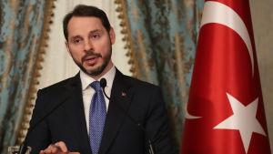 Berat Albayrak till vänster, turkiska flaggan till höger.