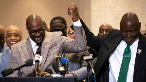 George Floyds bror Philonise Floyd (till vänster) och Floyds advokat höll en presskonferens efter domslutet.