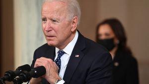 President Joe Biden under presskonferensen på tisdag kväll, med vicepresident Kamala Harris i bakgrunden.