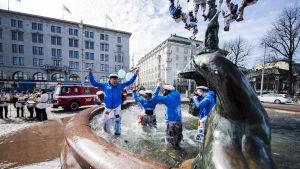 Hanken Svenska Handelshögskolanin ylioppilaskunta pesi ja lakitti Havis Amanda -patsaan vappua varten 20. huhtikuuta Helsingissä.