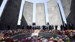 Bilden visar människor som är samlade vid minnesmärket för folkmordet på armenier i Armeniens huvudstad Jerevan.