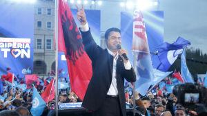 Tiranas förre borgmästare Lulzim Basha som leder Albaniens Demokratiska parti, utmanar det styrande Socialistpartiet.
