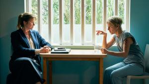 Rikospsykologi Dr Emma Robertson (Emily Watson) ja rikoksesta tuomittu Connie Mortensen (Denise Gough) Ihon alle -sarjassa