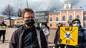 Janne Ora med andra demonstranter på torget.