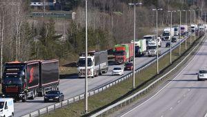Lastbilskö på motorvägen.
