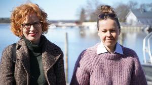 Två kvinnor med hav i bakgrunden. Södra viken i Ekenäs, båthamnen