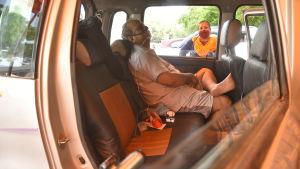 En man som väntar i en bil på att få en plats på ett sjukhus i New Delhi. Mannen har sannolikt sjukdomen covid-19.